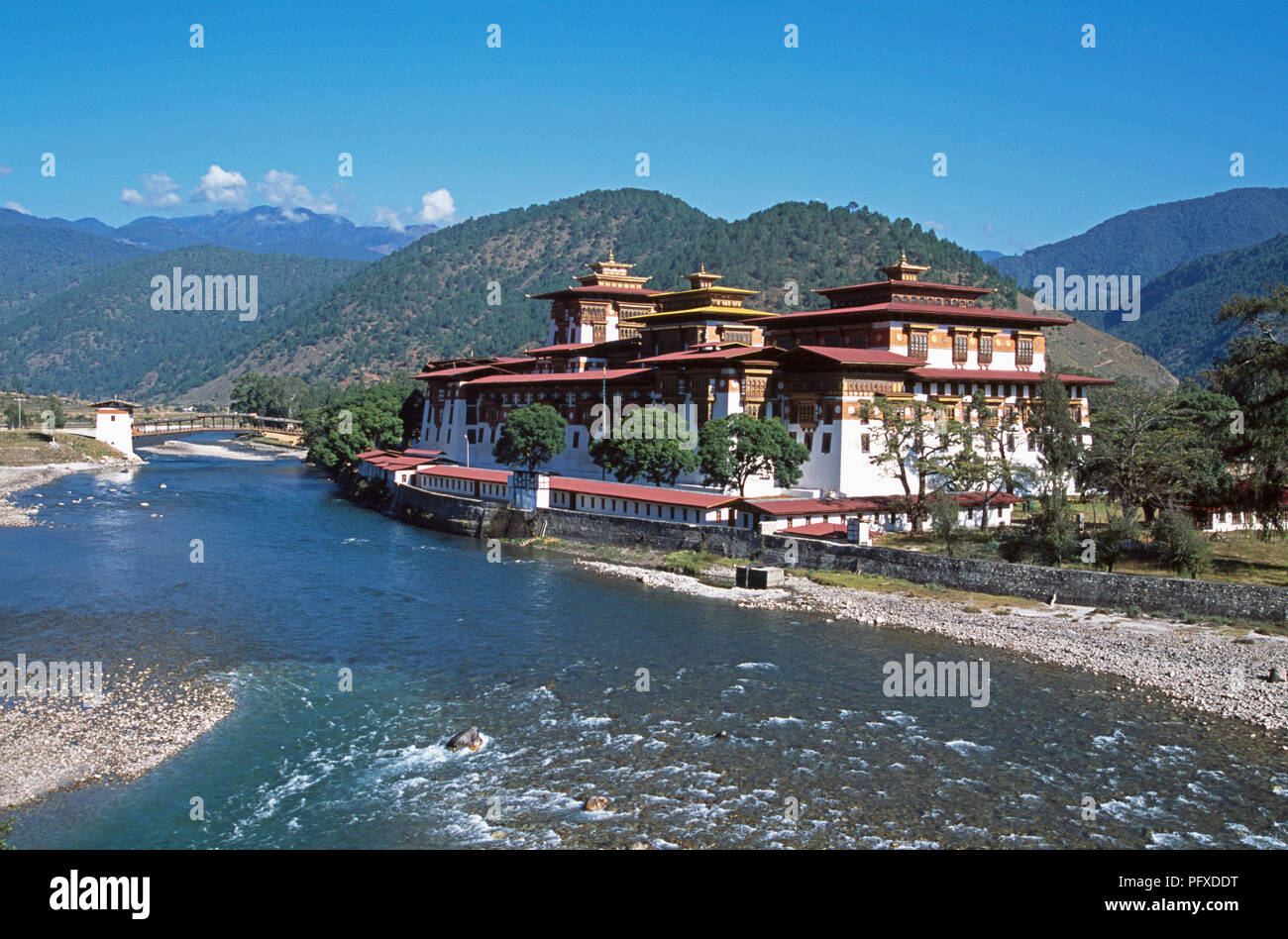 View across Mo Chhu river of Punakha Dzong in Bhutan - Stock Image