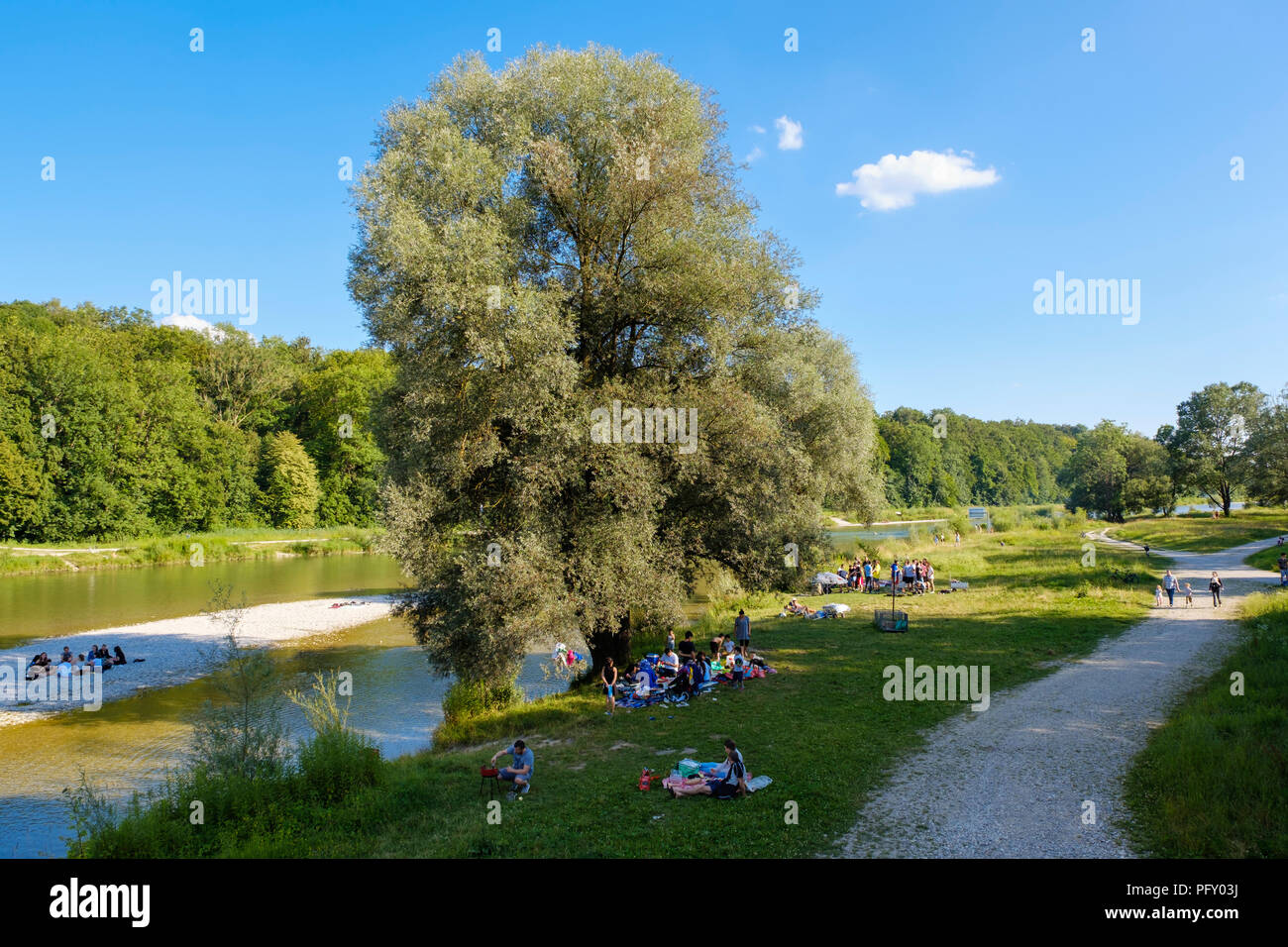 Picnic on the riverbank, Isar, at the Marienklausensteg, Thalkirchen, Munich, Upper Bavaria, Bavaria, Germany - Stock Image