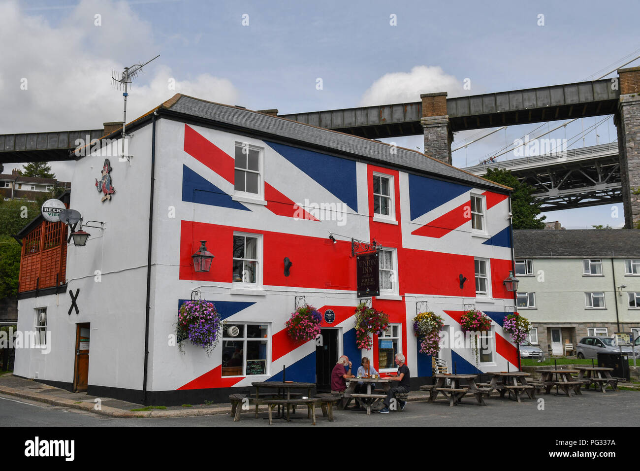 Saltash, Cornwall, UK. 23rd Aug, 2018. UK Weather. Sunny luchtime at Saltash. Seen here people enjoying a lunchtime pint outside the Union Inn, no doubt debating the current Brexit strategy. Credit: Simon Maycock/Alamy Live News - Stock Image