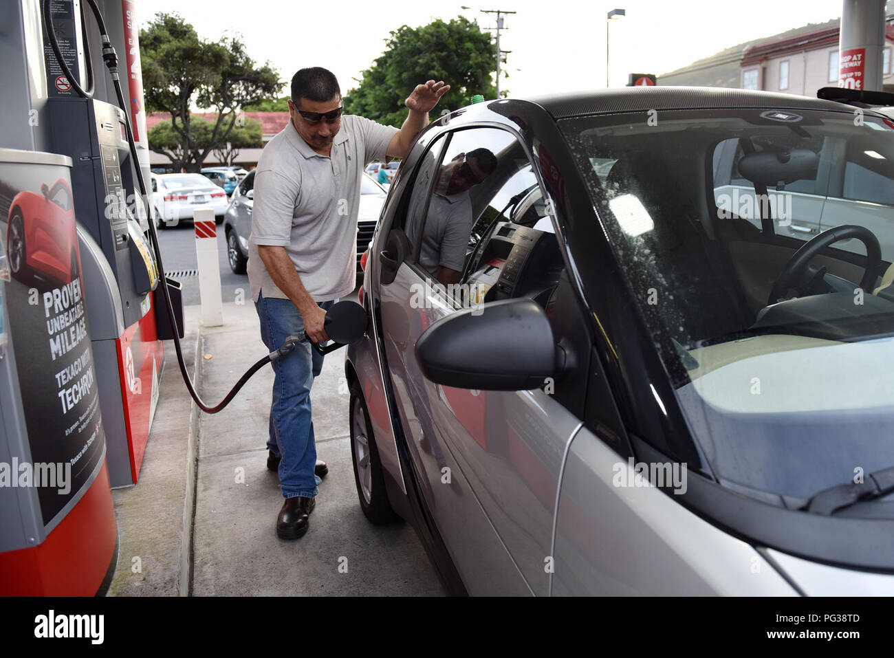 Honolulu, USA  22nd Aug, 2018  A man refuels his car to