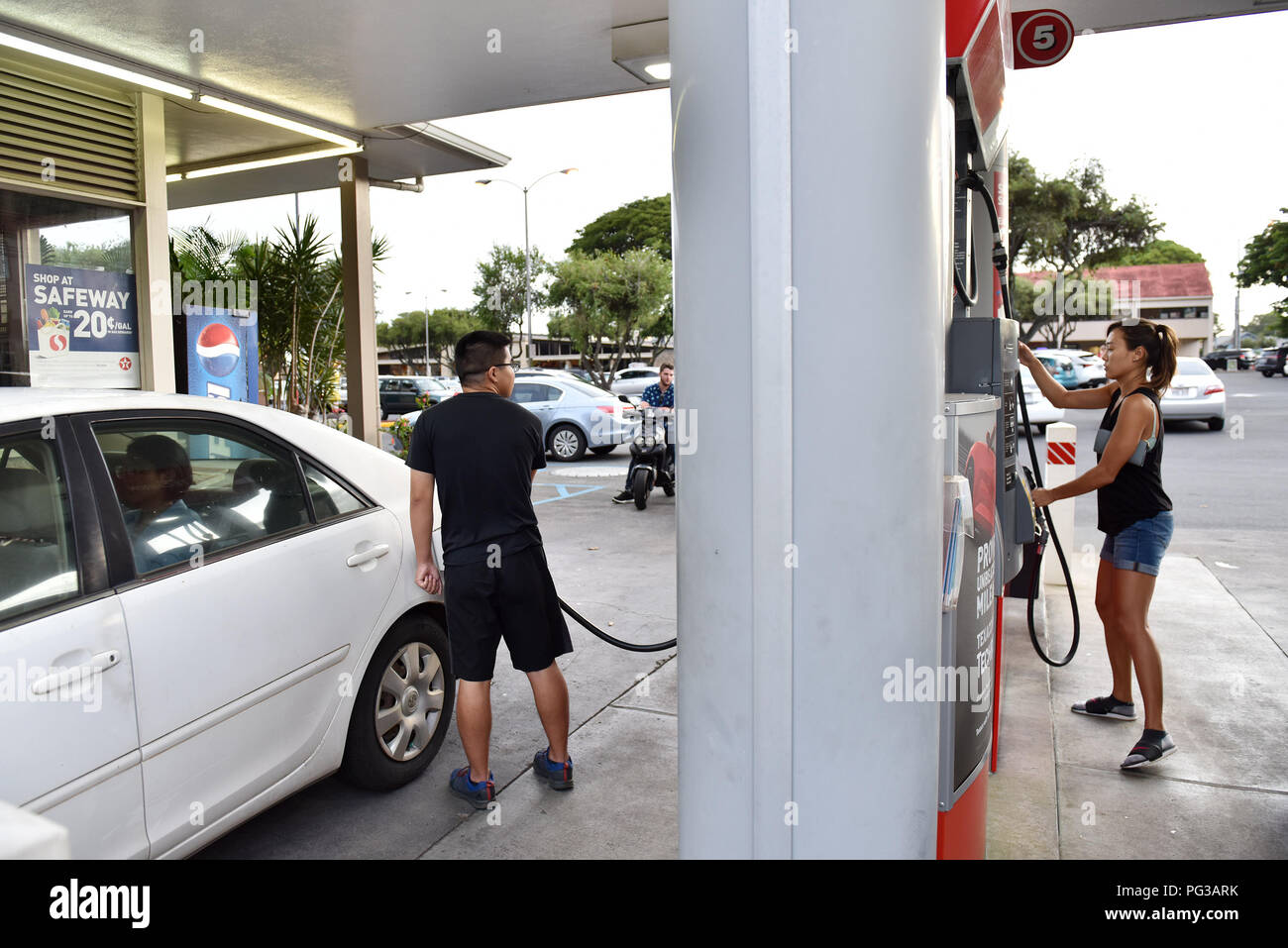 Honolulu, Hawaii  23rd Aug, 2018  People refuel their cars to