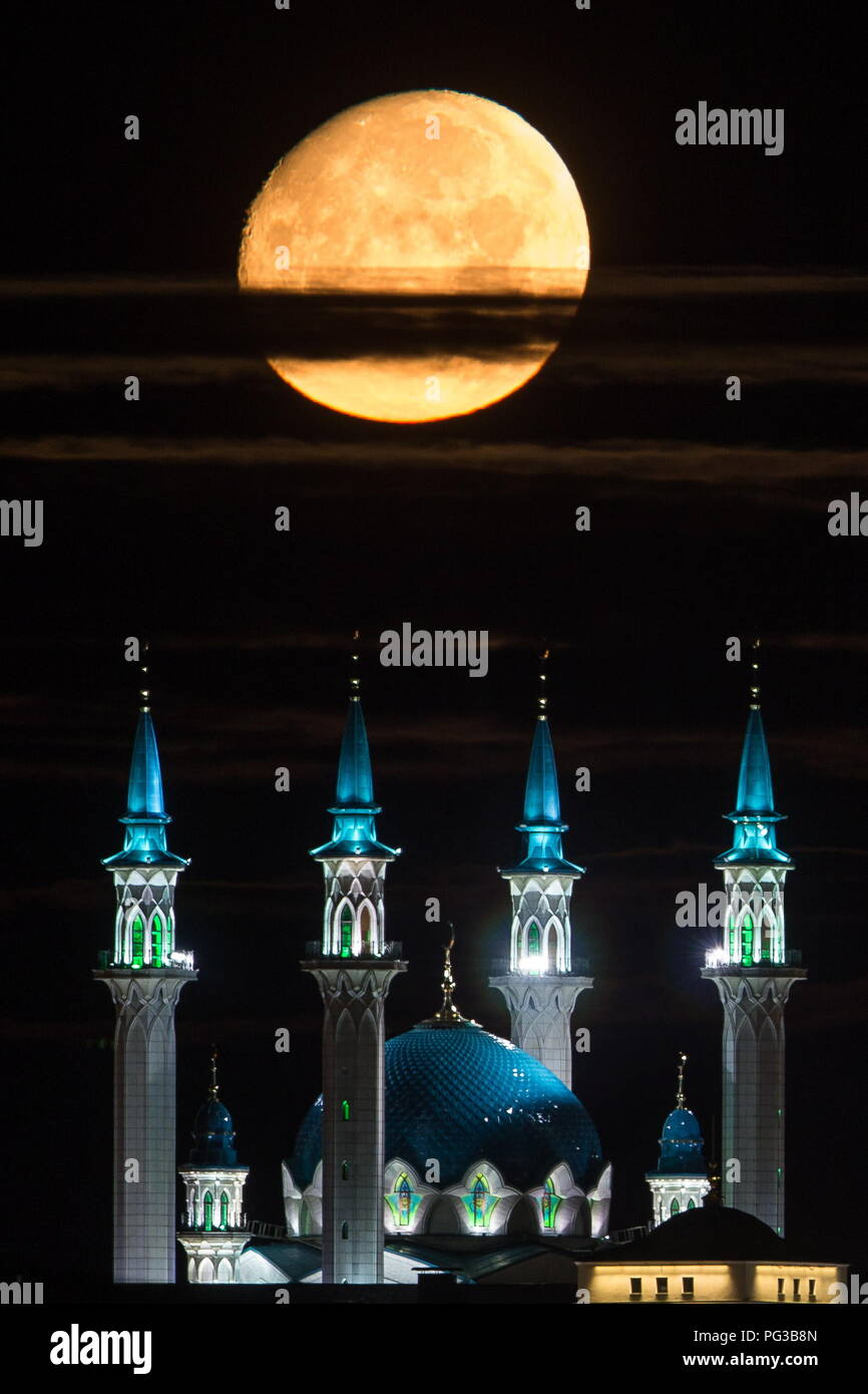 Kazan, Russia. 24th Aug, 2018. KAZAN, RUSSIA - AUGUST 24, 2018: The Moon setting down over the Qolsarif Mosque in the Kazan Kremlin. Yegor Aleyev/TASS Credit: ITAR-TASS News Agency/Alamy Live News - Stock Image