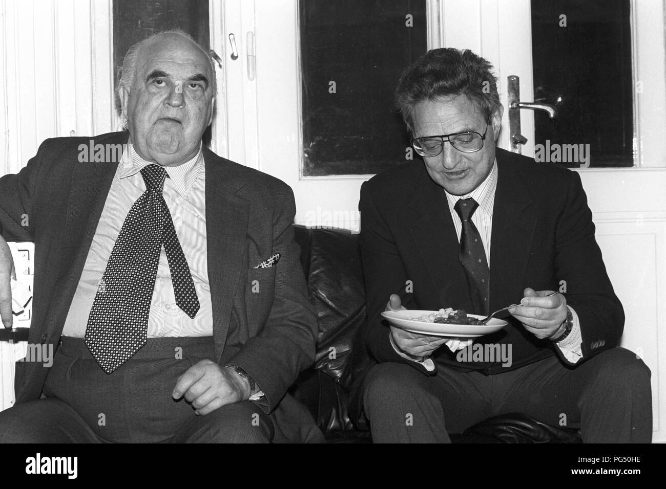 Lord George Weidenfeld (left) and George Soros at a meeting of the IWM (Institut fuer die Wissenschaft vom Menschen, English: Institute for Human Sciences) in Vienna. Weidenfeld was a journalist and adviser to the Israeli government. Soros appeared particularly as an investor. Stock Photo