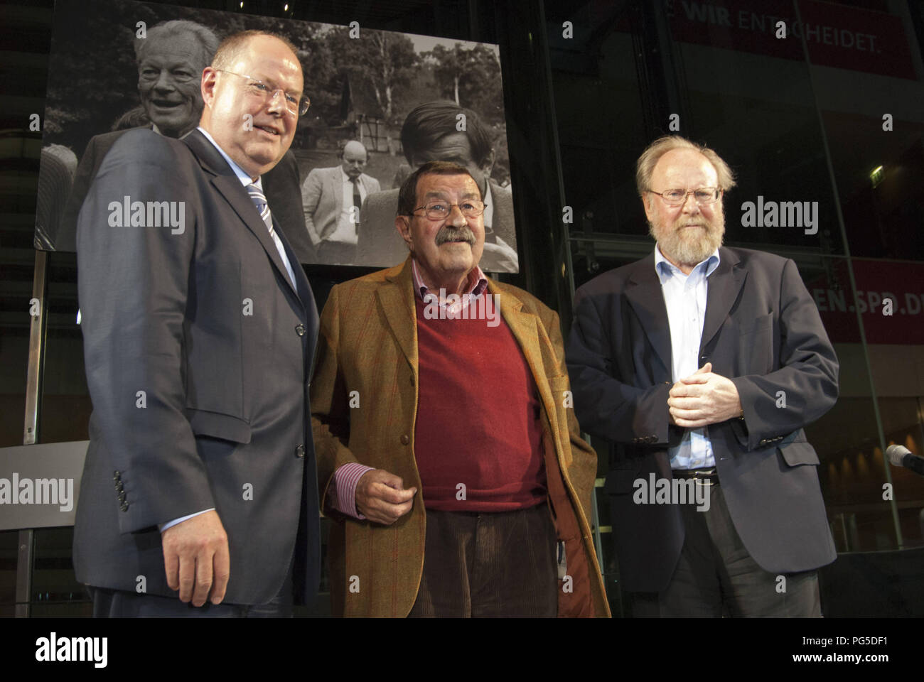 Berlin, GER, 26.06.2013:  Pictured left to right: Portrait Peer Steinbrueck, german politician and chancellor candidate of SPD, Guenter Grass, german writer and Wolfgang Thierse, german politician of SPD at the book presentation in Willy-Brandt-House: 'Willy Brandt and Guenter Grass: The letter exchange' with Guenter Grass, writer and Peer Steinbrueck, SPD-politician and chancellor candidate. Read by Burghart Klaussner and Dieter Mann, actors - Stock Image
