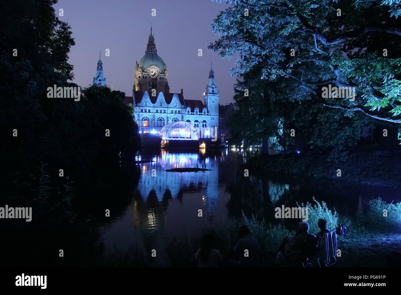 """Im Maschpark haben sich am Donnerstagabend zahlreiche Besucher eingefunden, um die Generalprobe von Mozarts """"Don Giovanni"""" beim Klassik Open Air zu se - Stock Image"""