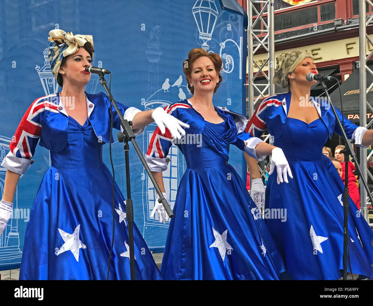 Girls From Oz - Fringe On The Royal Mile, High St, Edinburgh, Scotland, UK - Stock Image
