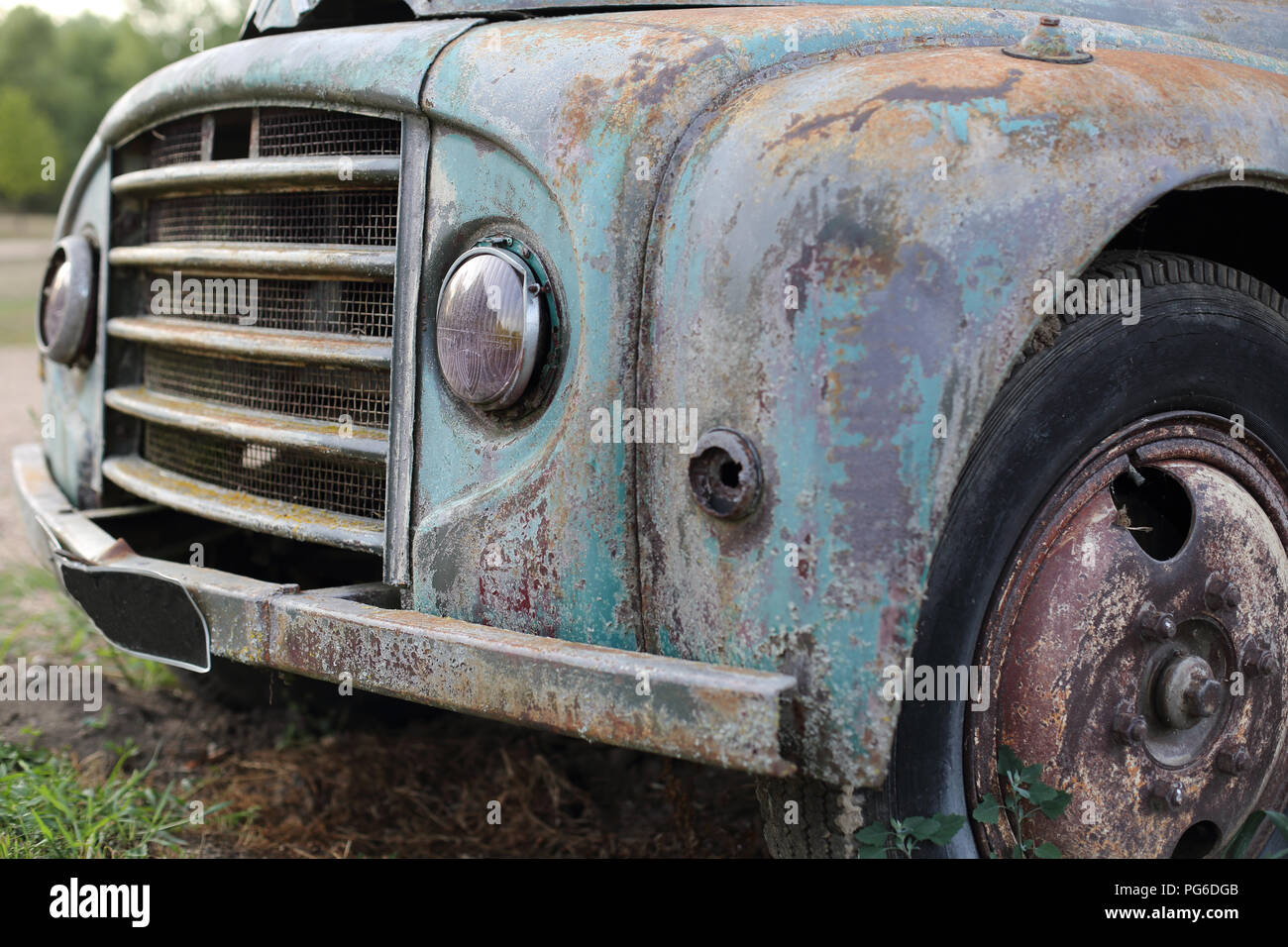 A Old rusted vintage classic car wreck - Stock Image