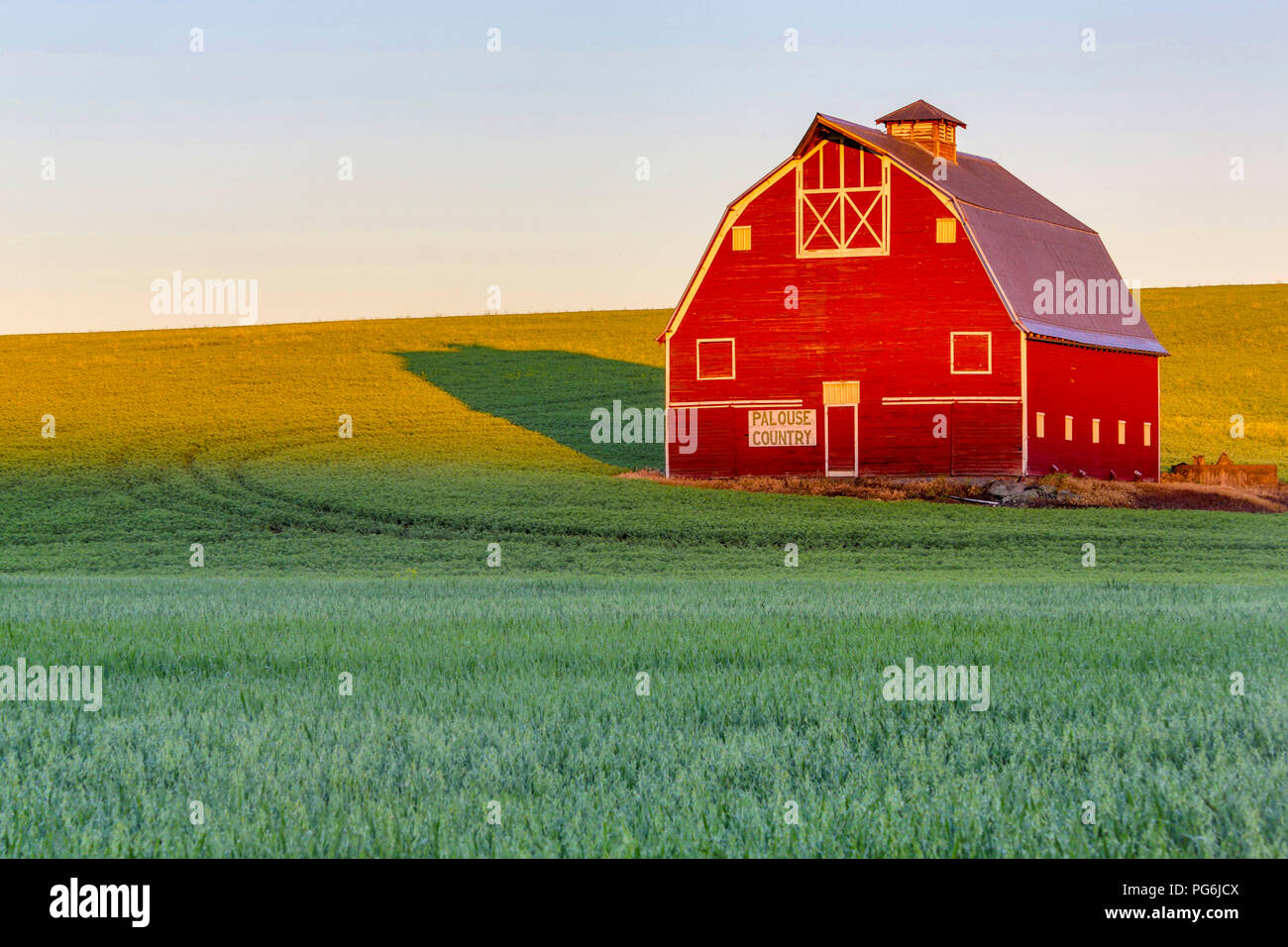 morning sun lighting up a barn in the palouse in washington state near pullman stock photo alamy https www alamy com morning sun lighting up a barn in the palouse in washington state near pullman image216505098 html