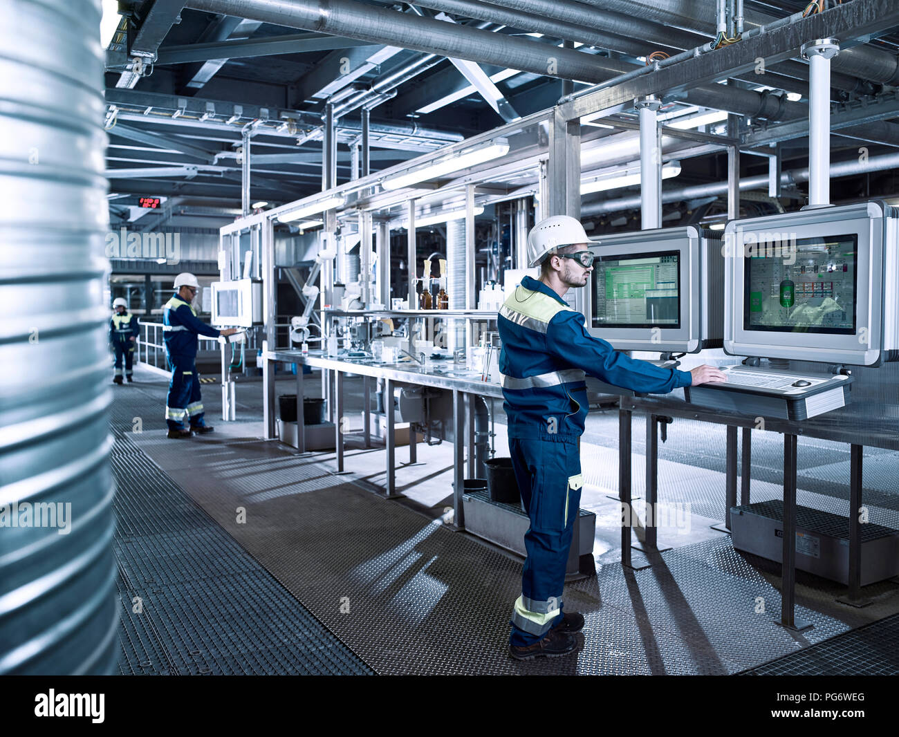 Rumania, woodworking, veneer production, worker in productions hall - Stock Image