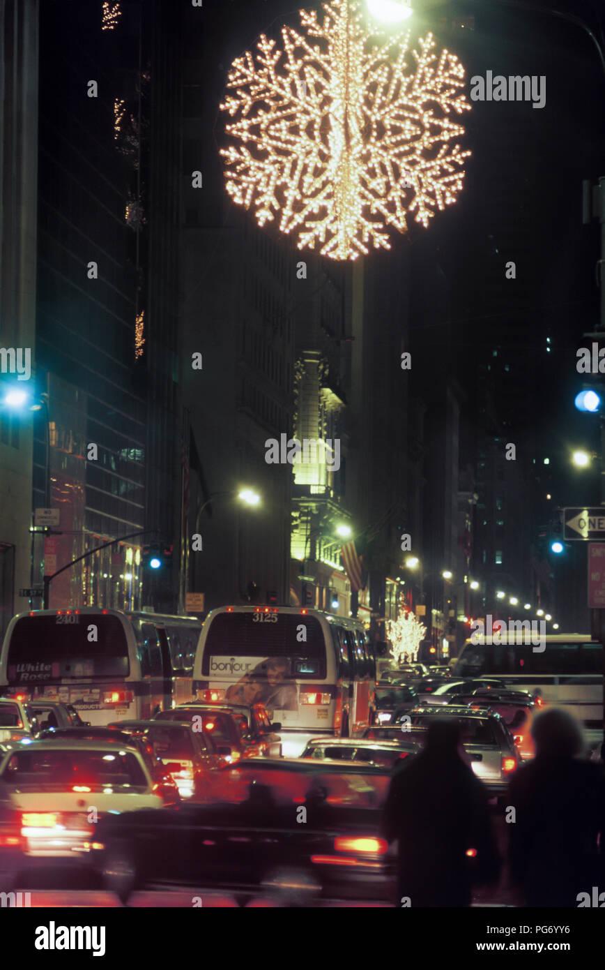 4b743f3f7220 1987 HISTORICAL GIANT SWAROVSKI CRYSTAL CHRISTMAS SNOWFLAKE SUSPENDED OVER  FIFTH AVENUE MANHATTAN NEW YORK CITY USA