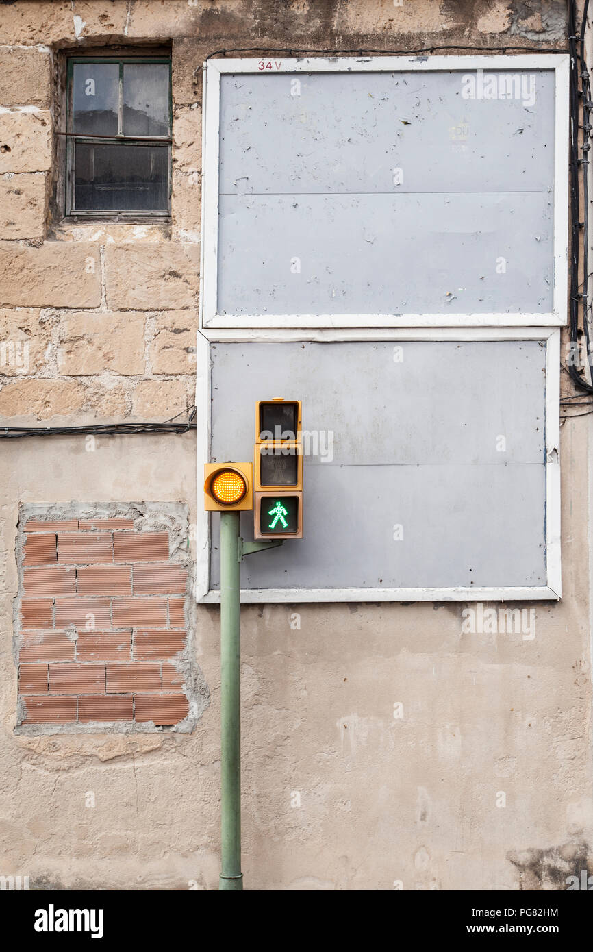 Spain, Mallorca, Traffic light in front of run down house - Stock Image