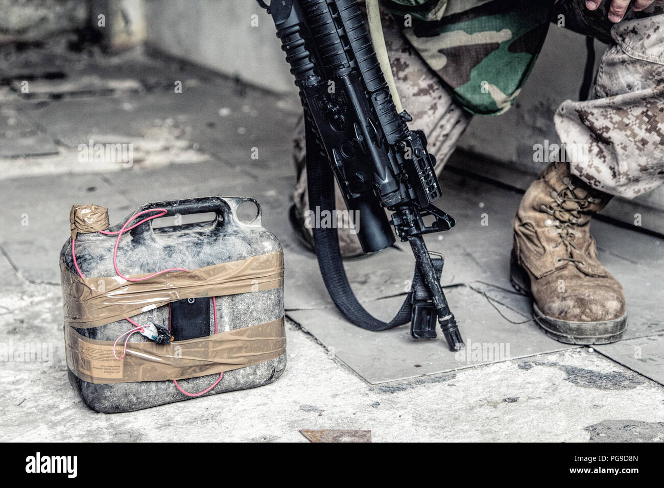 Soldier cuts wire on improvised explosive device - Stock Image
