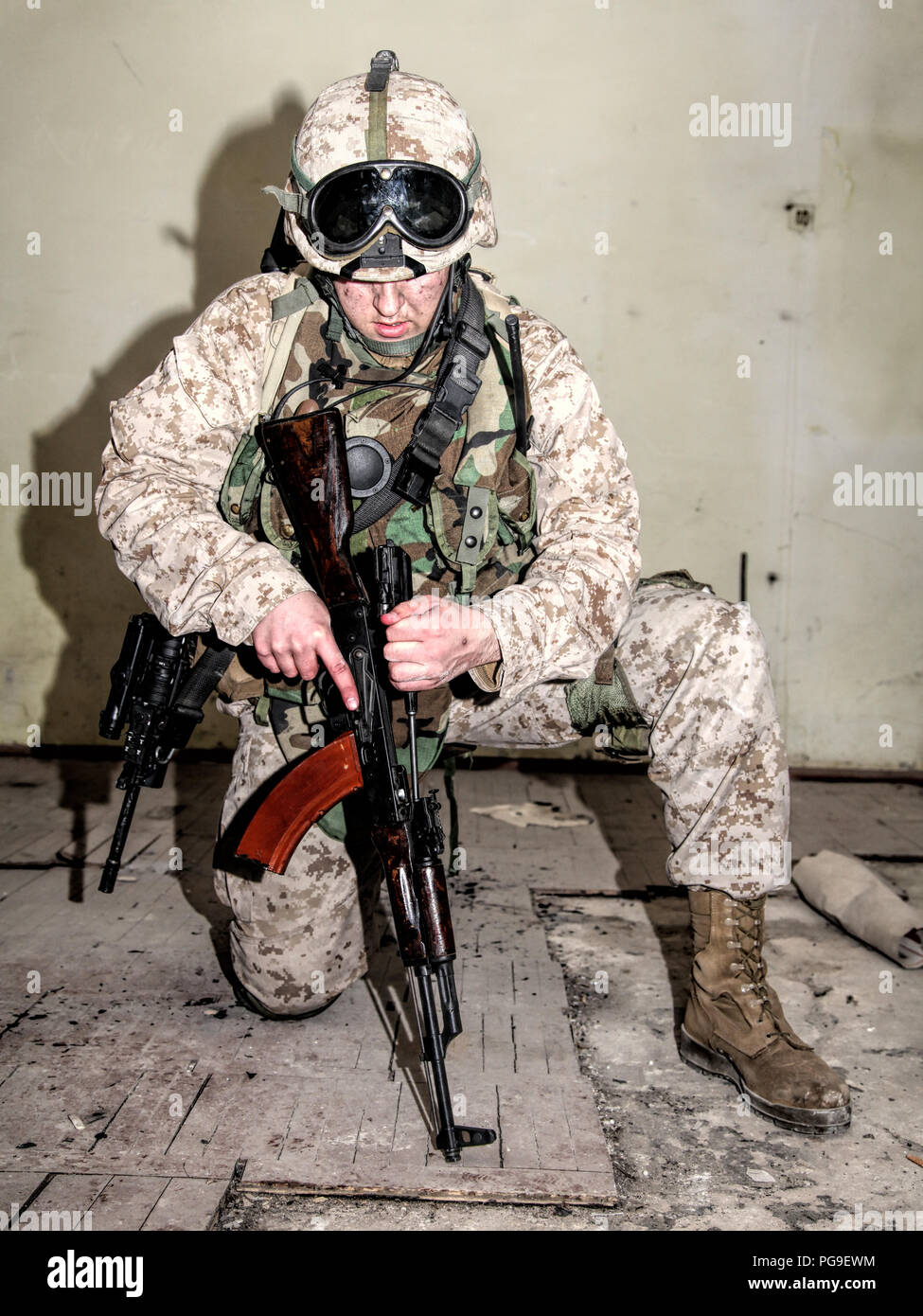 Commando soldier shooter disassembling enemies rifle weapon - Stock Image