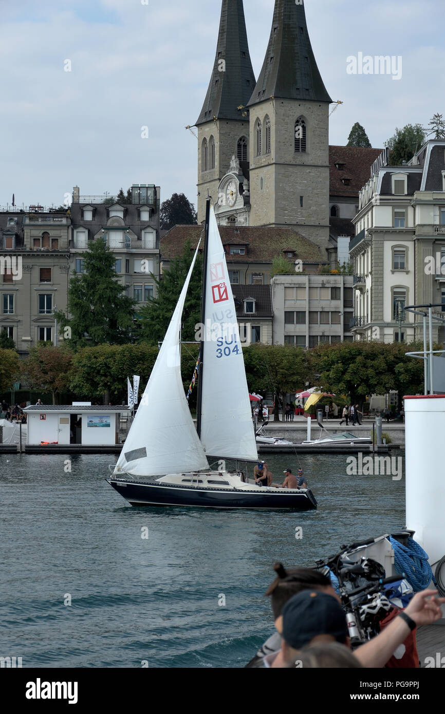 Barca a vela su lago dei quattro cantoni - Segelboot auf See der vier Kantone - Sailboat on lake of the four cantons - Stock Image