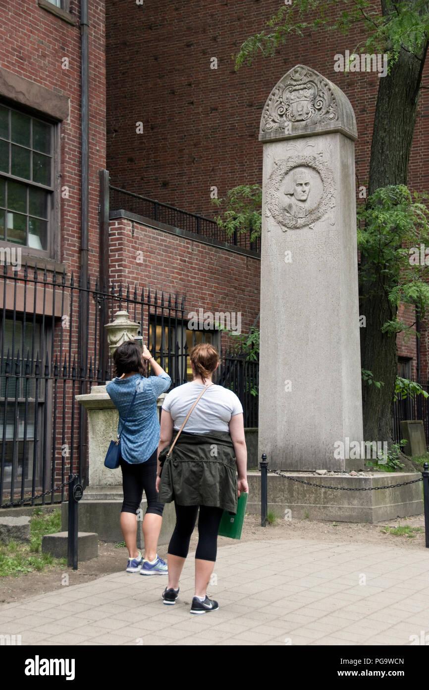 Tourists view John Hancock's grave in the Granary Burying Ground, Boston, Massachusetts. - Stock Image