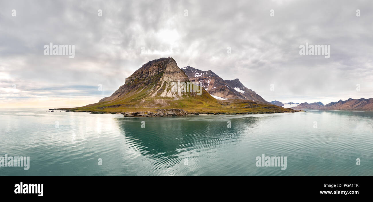 Panoramic view of the Alkhornet, a mountain on the western coast of Spitsbergen, the largest island of Norway's arctic Svalbard. - Stock Image