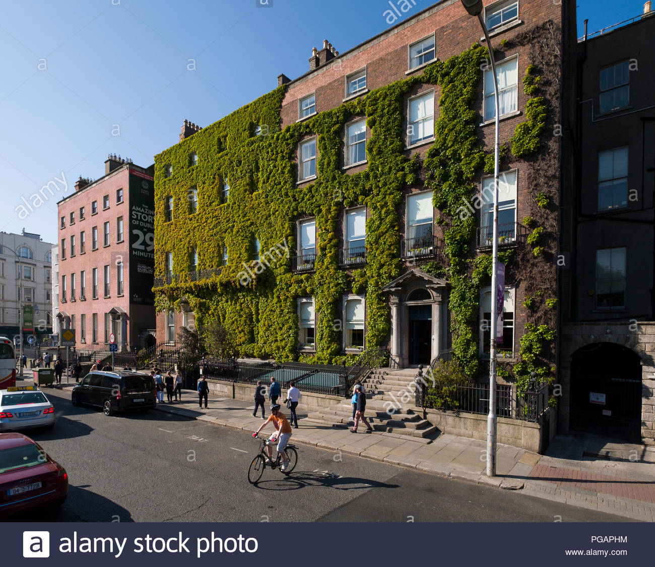 Kildare Street and University Club Ivy covered brick building, 17 St Stephen's Green, Dublin, Leinster, Ireland - Stock Image