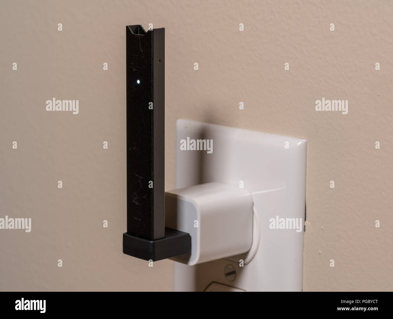 Juul Nicotine Vapor Dispenser Charging In Usb Charger Stock Photo Alamy