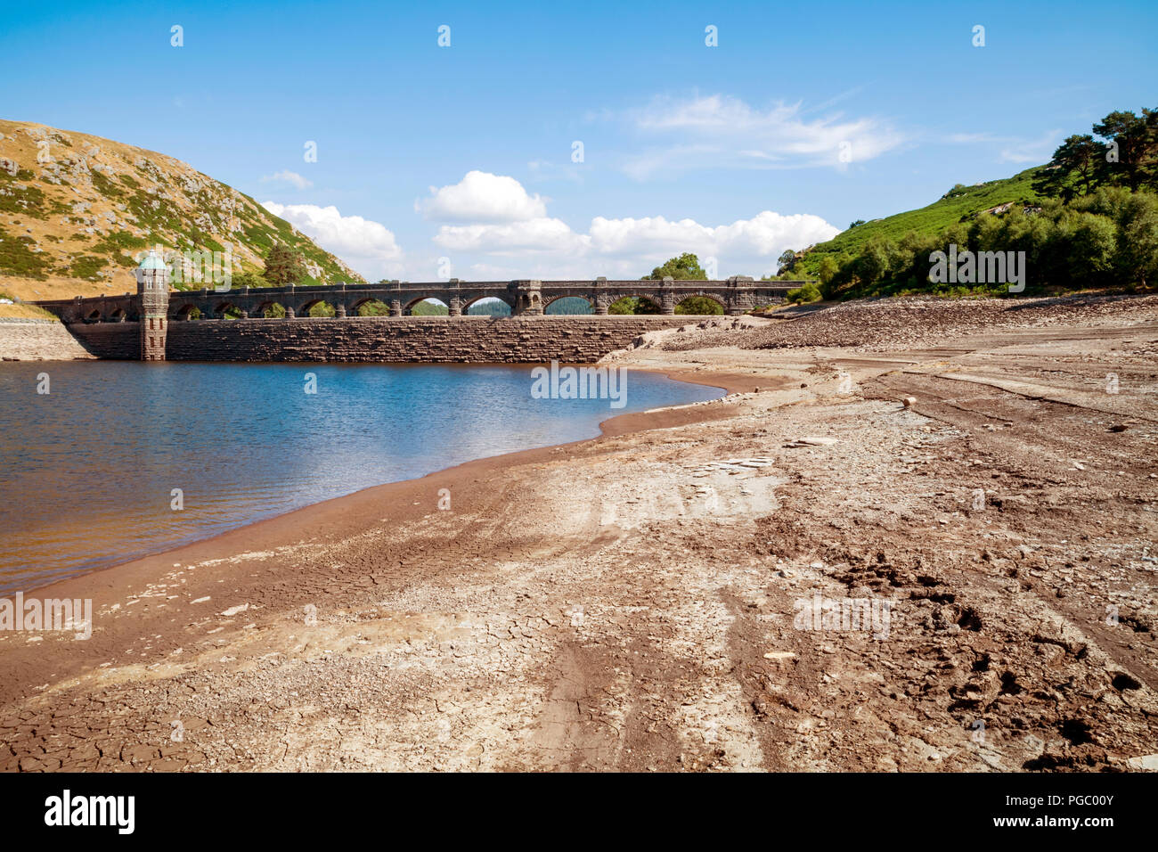 Extremely low water levels revealing the shoreline due to the current hot weather in the UK, Normally water would be overflowing the arches generating - Stock Image