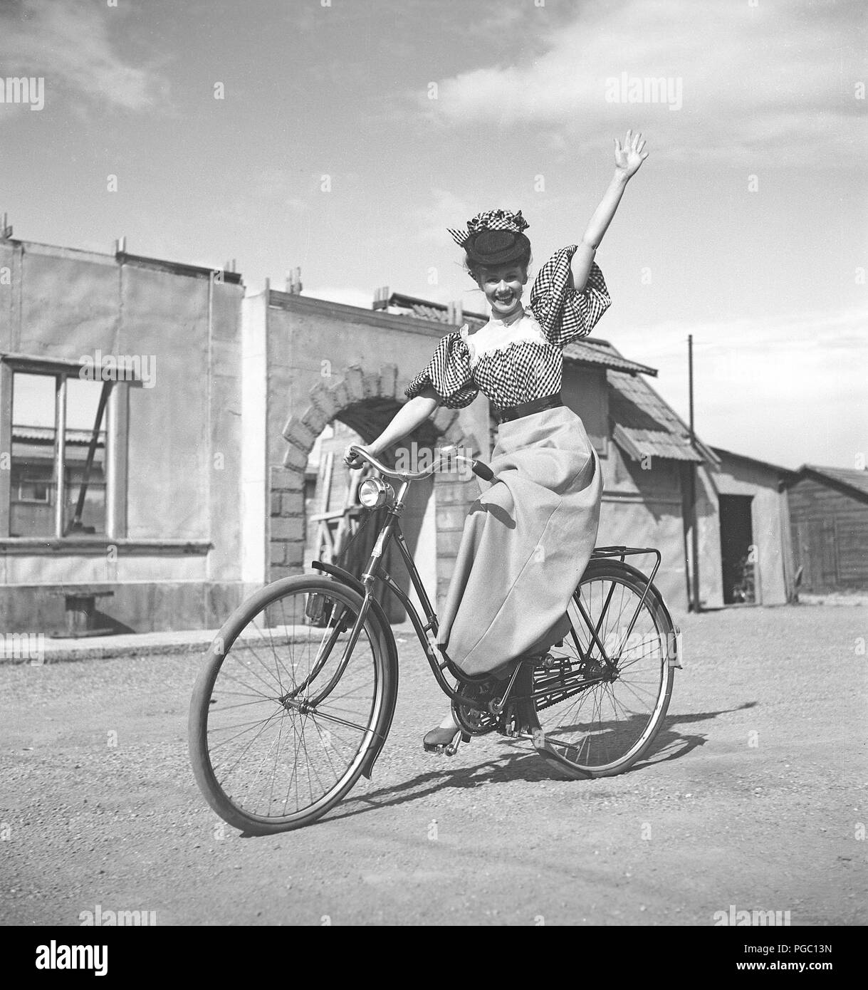 1940s woman on a bicycle. The young actress Sonja Wigert is riding her bicycle on the grounds of the film studios of Sandrew in Stockholm.  Sweden 1940s. Photo Kristoffersson K22-6 - Stock Image