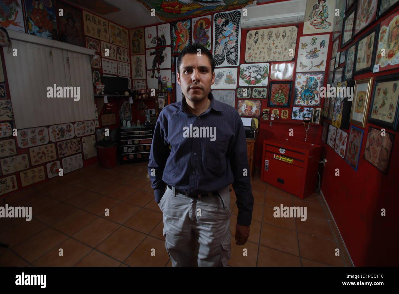 Fausto Ibarra en estudio de tatoo - Stock Image
