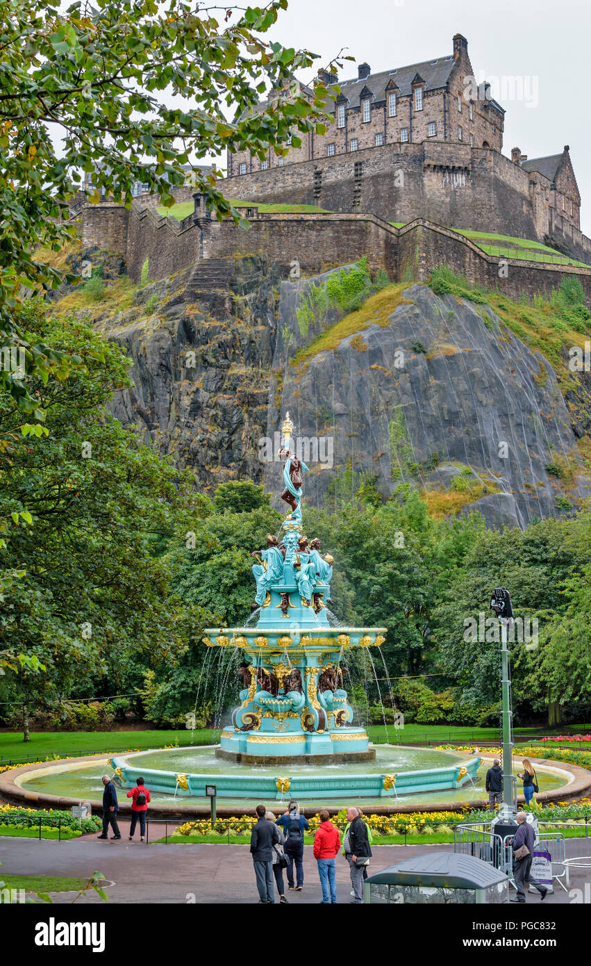 EDINBURGH SCOTLAND THE RESTORED ROSS FOUNTAIN IN WEST PRINCES STREET GARDENS WITH THE CASTLE AND TOURISTS - Stock Image