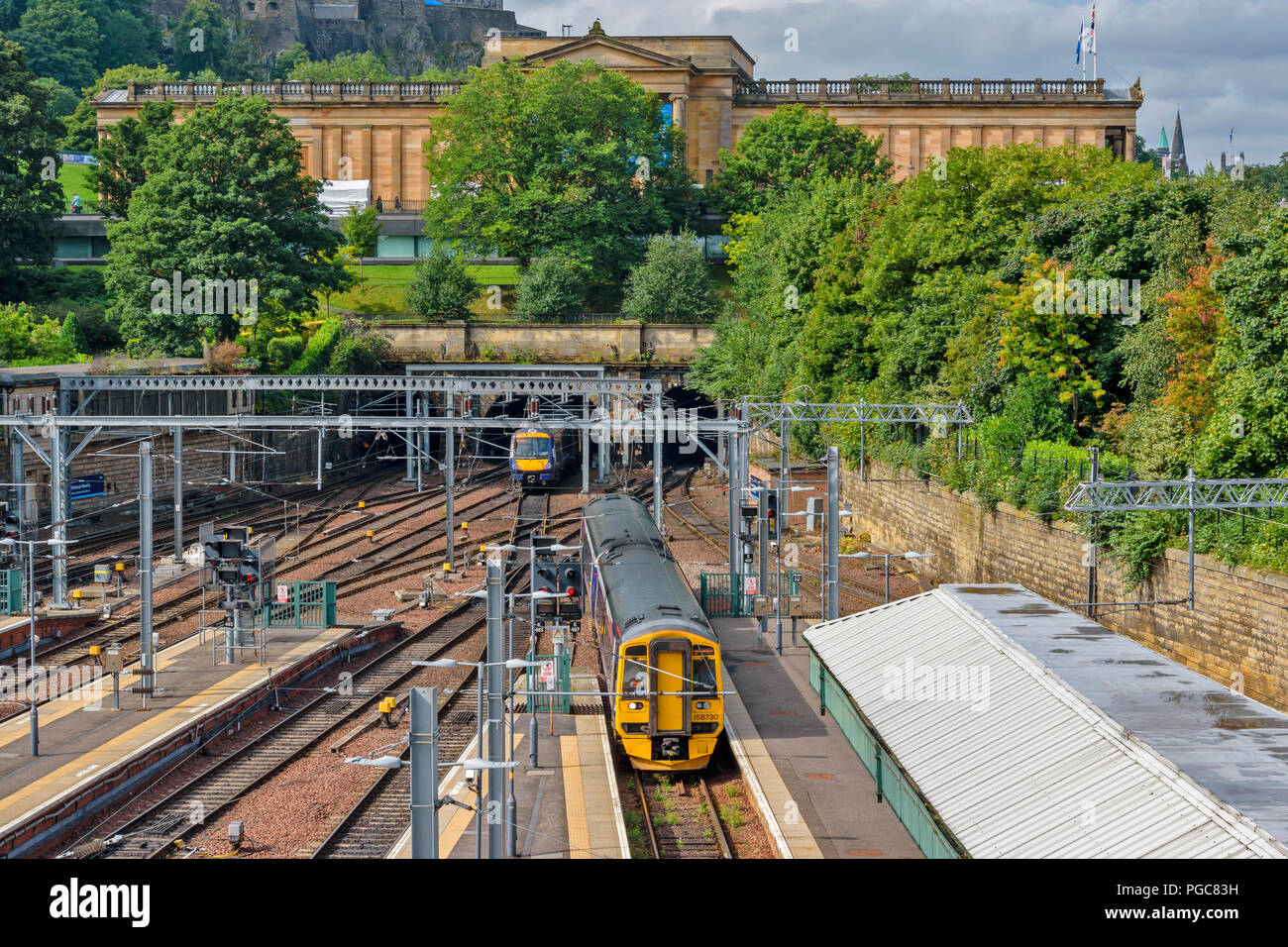 EDINBURGH SCOTLAND WAVERLEY STATION AND TRAINS WITH THE SCOTTISH NATIONAL GALLERY - Stock Image