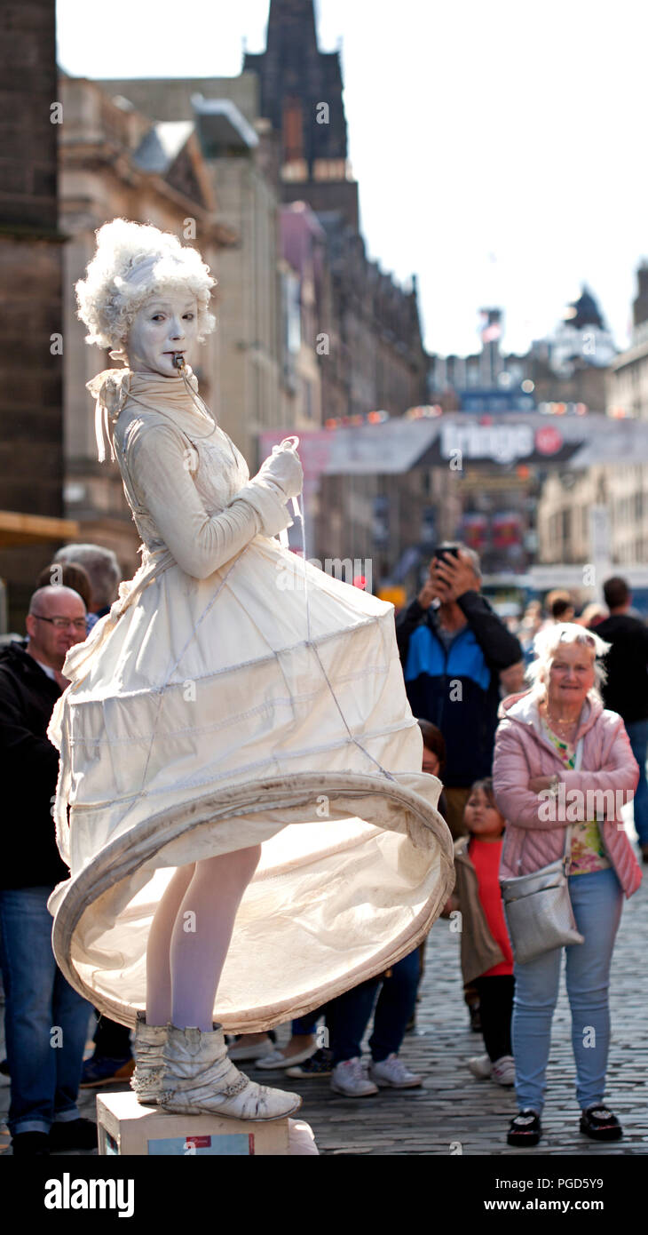 Edinburgh, Scotland, UK. 25 August 2018. Edinburgh Fringe Royal Mile, on the final Saturday the sun shone on the High Street and brought the crowds out for street performers and statues giving them good audiences to see their skills. - Stock Image