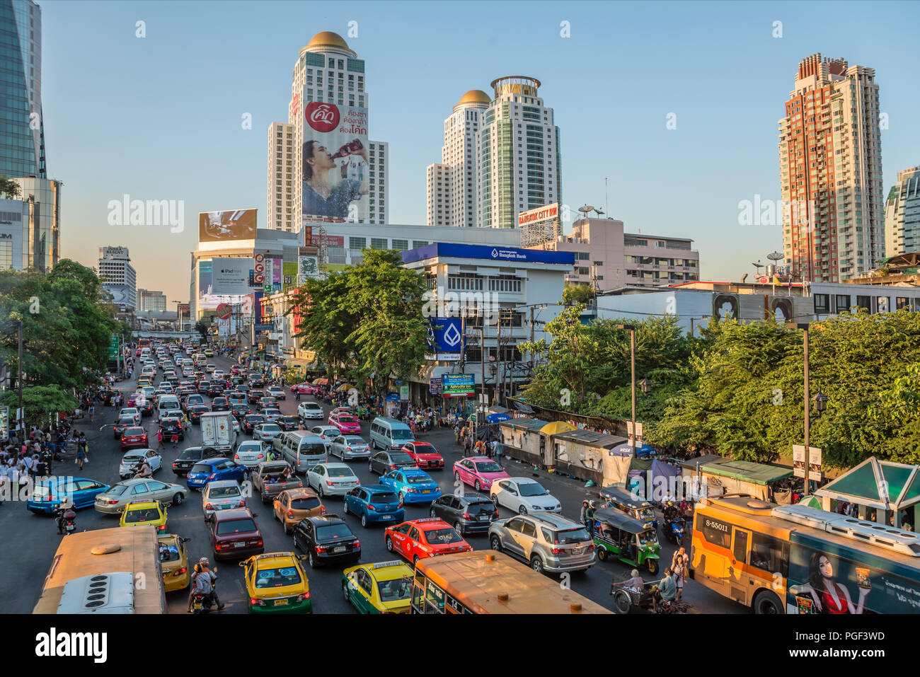 Streetscape with traffic jam in the city centre of Bangkok, Thailand | Berufsverkehr mit Verkehrsstau in der Innenstadt von Bangkok, Thailand - Stock Image