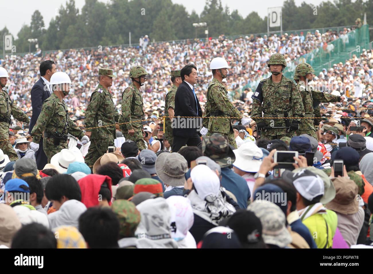 Gotemba, Japan. 26th Aug, 2018. Japanese Defense Minister Itsunori Onodera attends an annual live-fire military drill in Gotemba of Shizuoka prefecture, Japan, on Aug. 26, 2018. Credit: Du Xiaoyi/Xinhua/Alamy Live News Stock Photo
