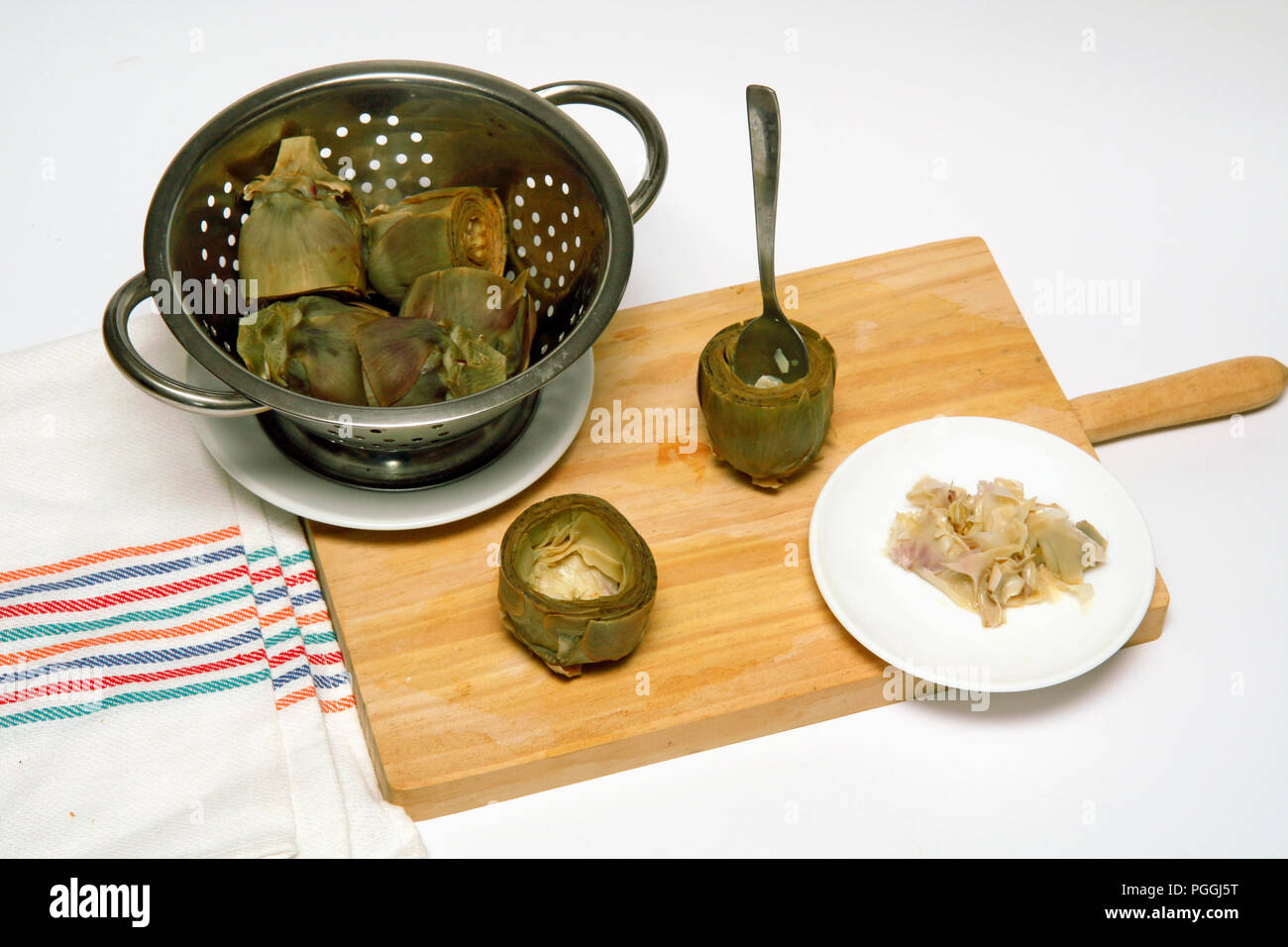 Artichokes with cheese and walnuts. Step by step. Prepared dish: BM8120 - Stock Image