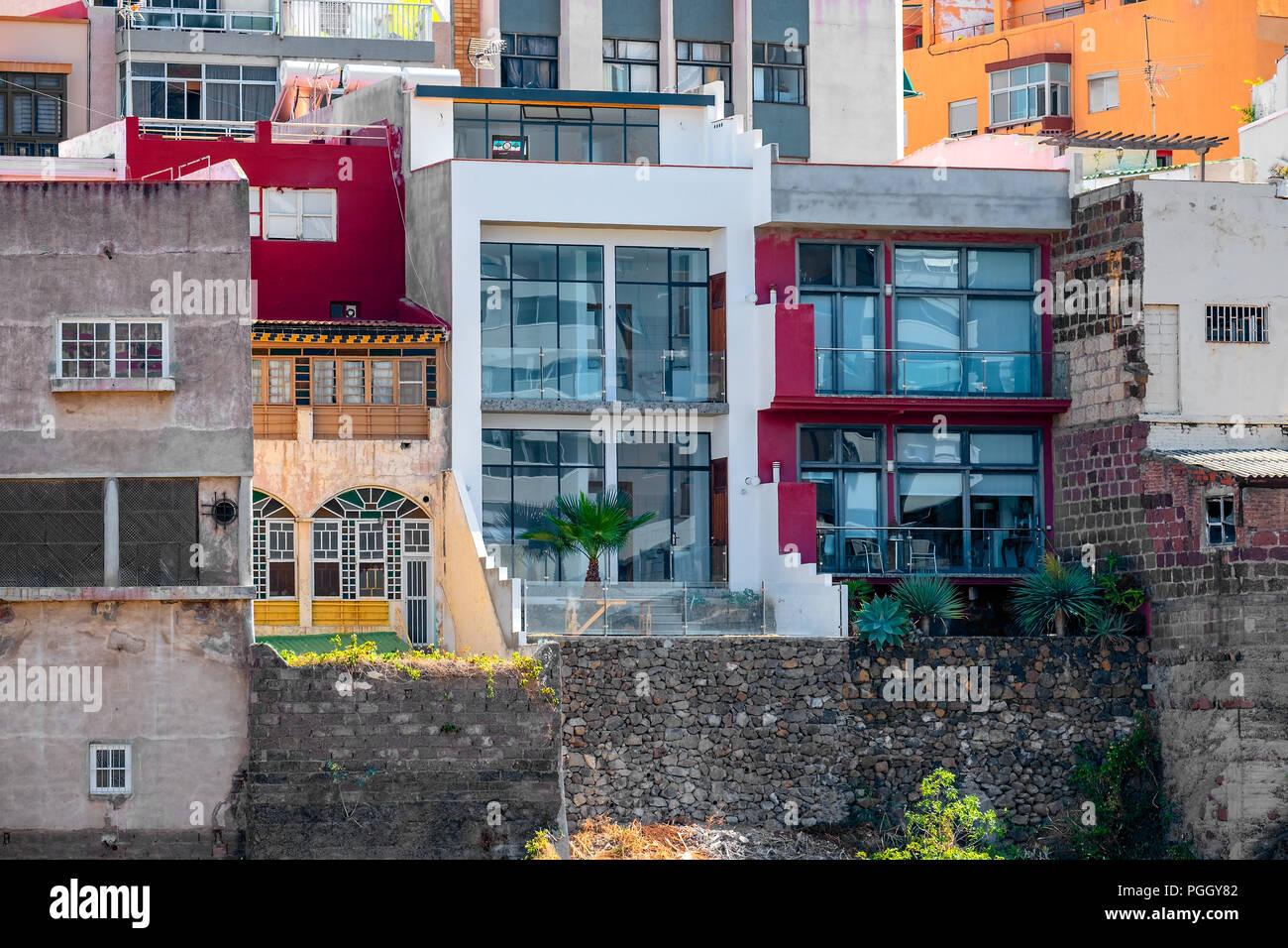 So wohnt man in der Innenstadt direkt am Steilhang des Barranco de Santos. Auch hier deutlich zu sehen alte und neue Bausbstanz nebeneinander. Stock Photo