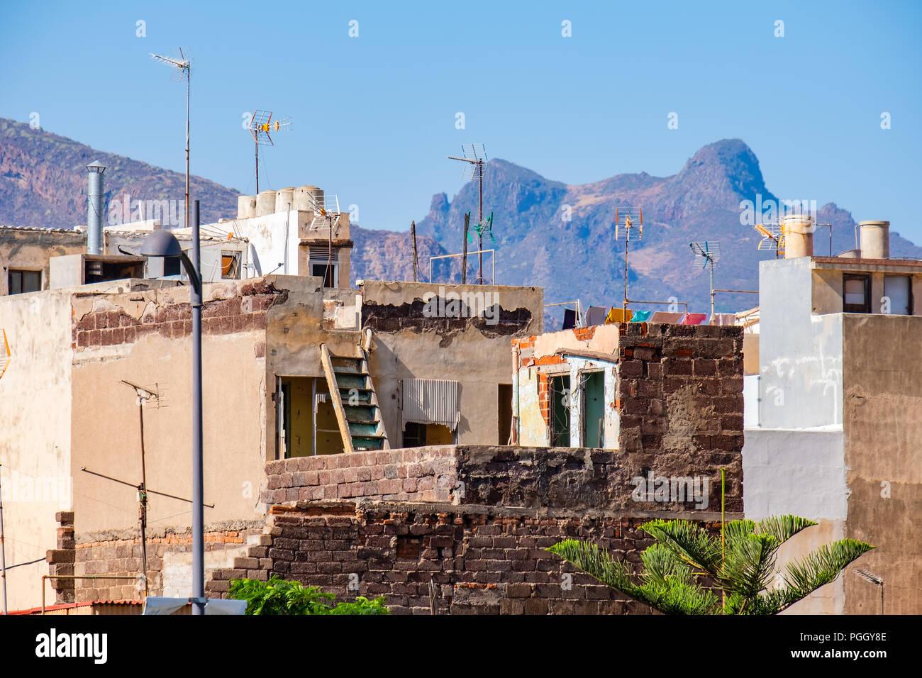 Auch Das Sehen Wir In Santa Cruz De Tenerife Alte Verfallene Aber Noch  Bewohnte Huser.