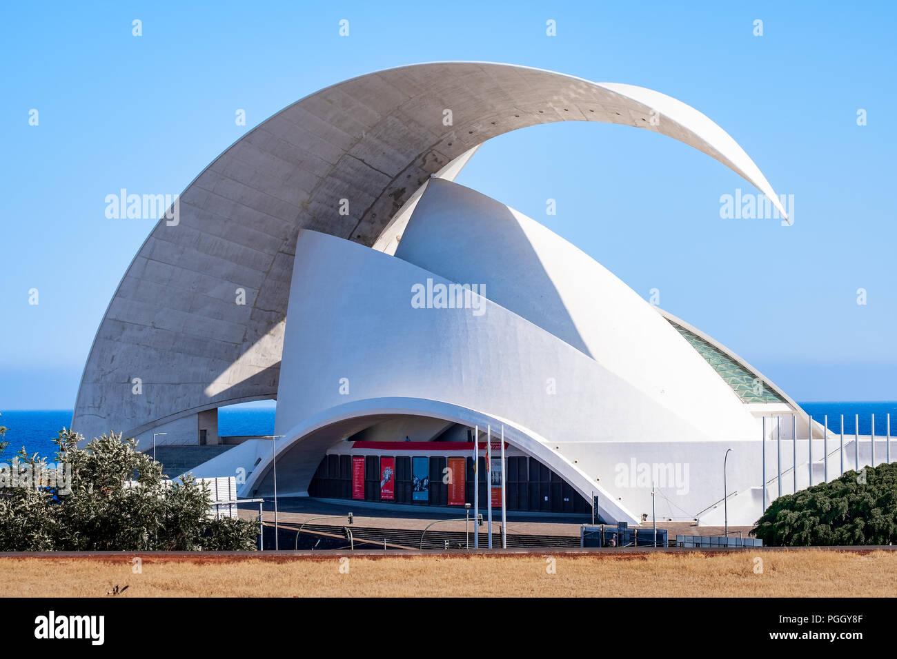 Im Auditorio de Tenerife finden das ganze Jahr über zahlreiche, erstklassige Musikveranstaltungen aller Stilrichtungen statt. Das einzigartige Gebäude - Stock Image