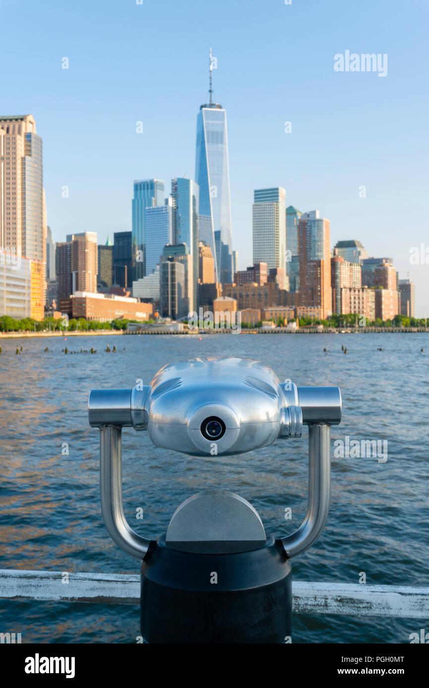 Tower telescope facing Manhattan skyline in New York City - Stock Image
