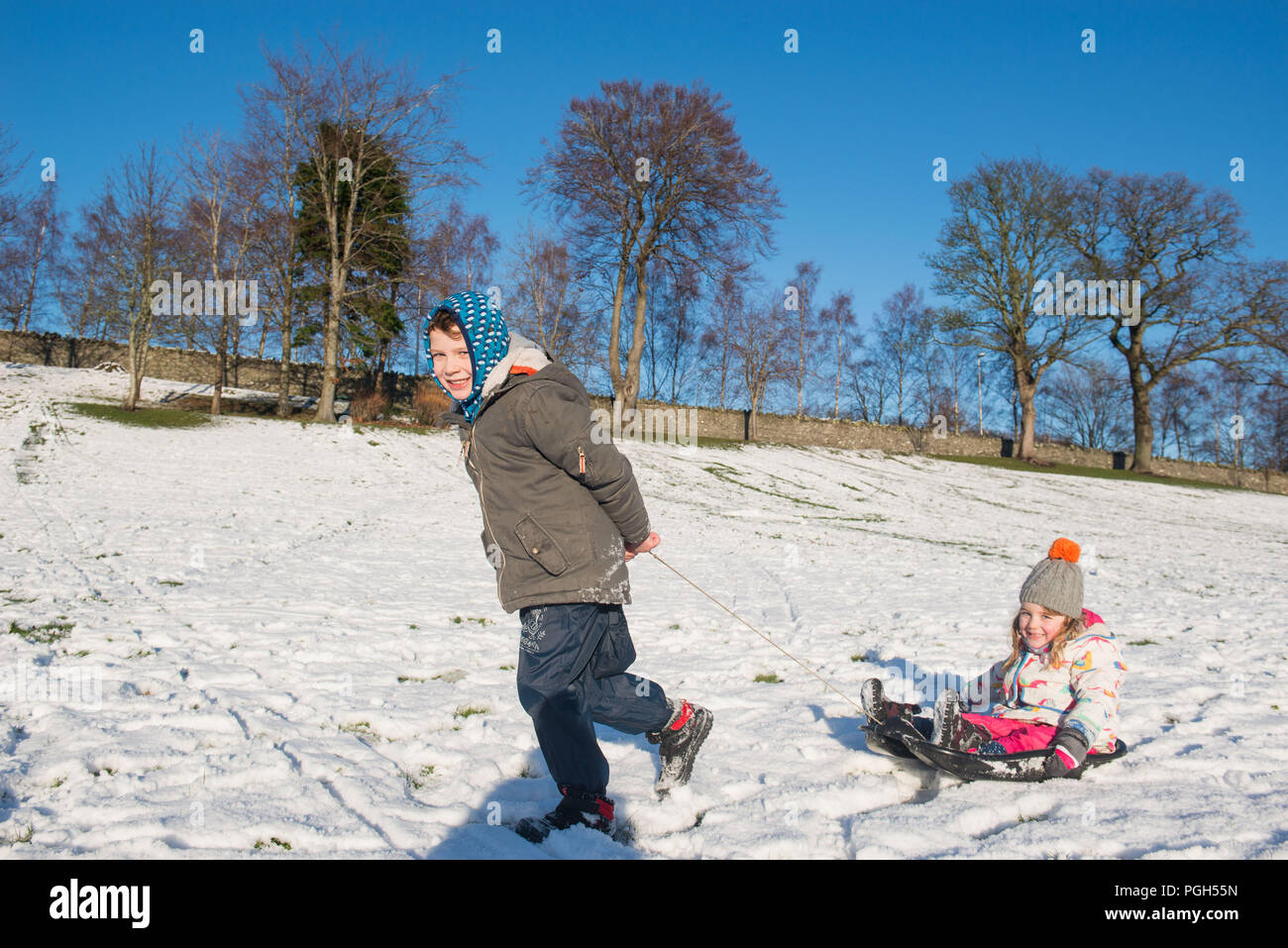 JP PHOTOSALES WWW.IANGEORGESONPHOTOGRAPHY.CO.UK Picture: Sam 7 and Lily 4 Ellis Peebles, Sledging in the snow at Haylodge park - Stock Image