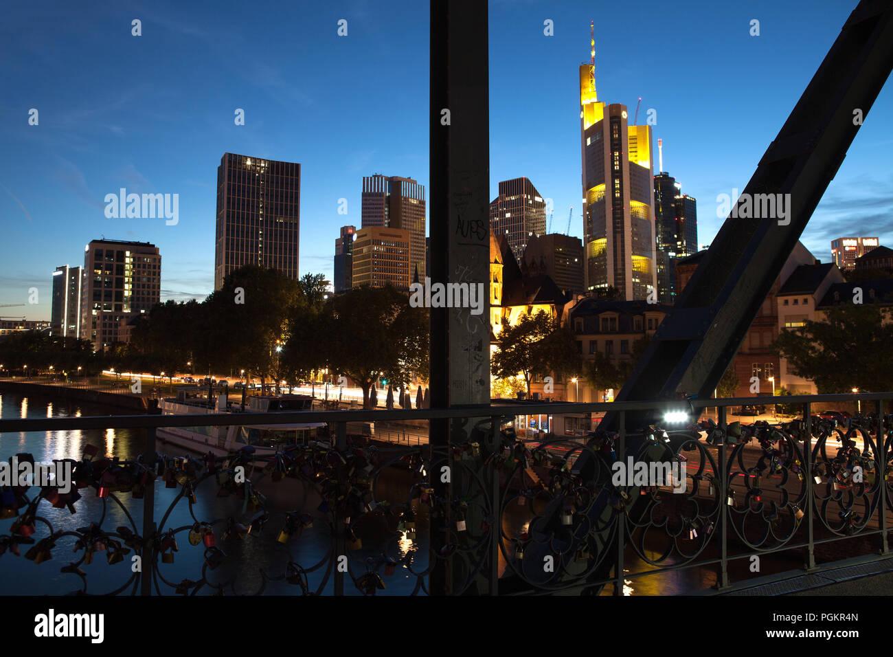 Europa Deutschland Hessen Rhein-Main Frankfurt am Main Eiserner Steg Skyline bei Nacht Wolkenkratzer im Finanzviertel - Stock Image