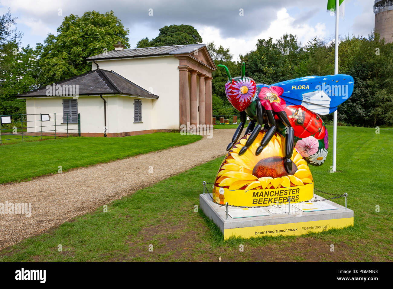 Flora - Peter Davis. Bee in the City, public art event in the City of Manchester. Over 100 bees on a free family fun trail - Stock Image