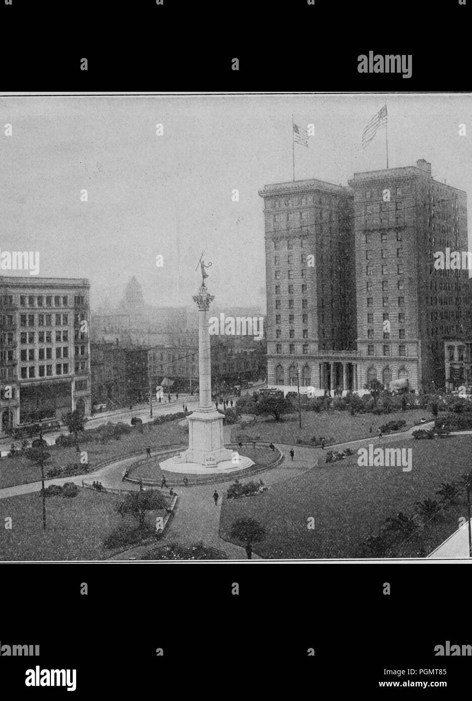 Black and white photograph showing a monument to Admiral Dewey's victory in the Bay of Manilla, and several multi-story buildings ringing Union Square in downtown San Francisco, as they appeared before San Francisco's 1906 earthquake, 1906. Courtesy Internet Archive. () - Stock Image