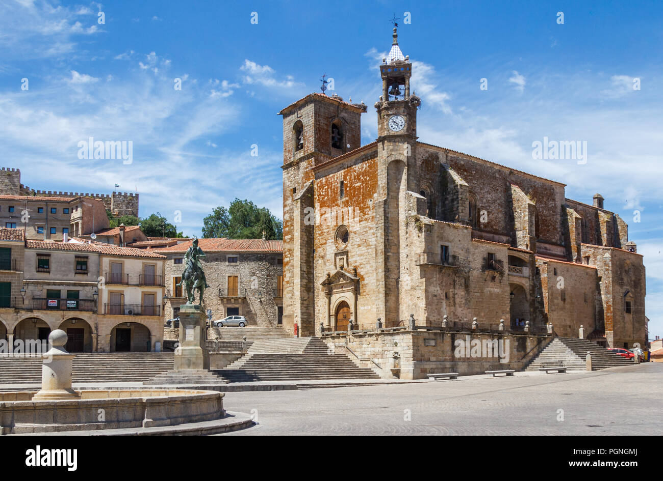 Statue of Francisco Pizzaro on horse and the Roman Catholic church of San Martin, Trujillo, Spain - Stock Image