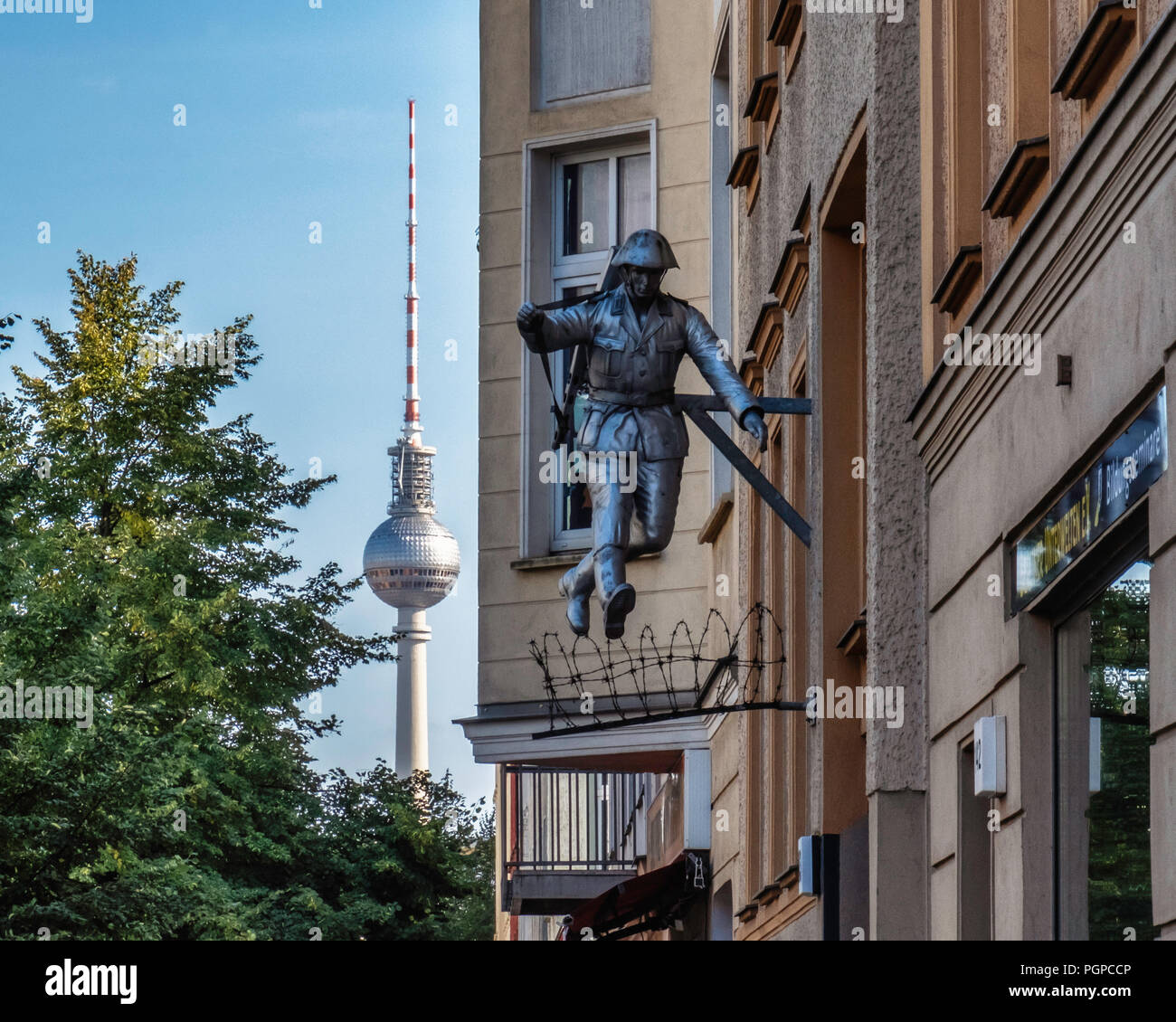 Berlin,Mitte.Conrad Schumann Memorial,Jumping soldier sculpture.East German Border guard, Conrad Schumann, jumps over barbed wire to escape from East Stock Photo