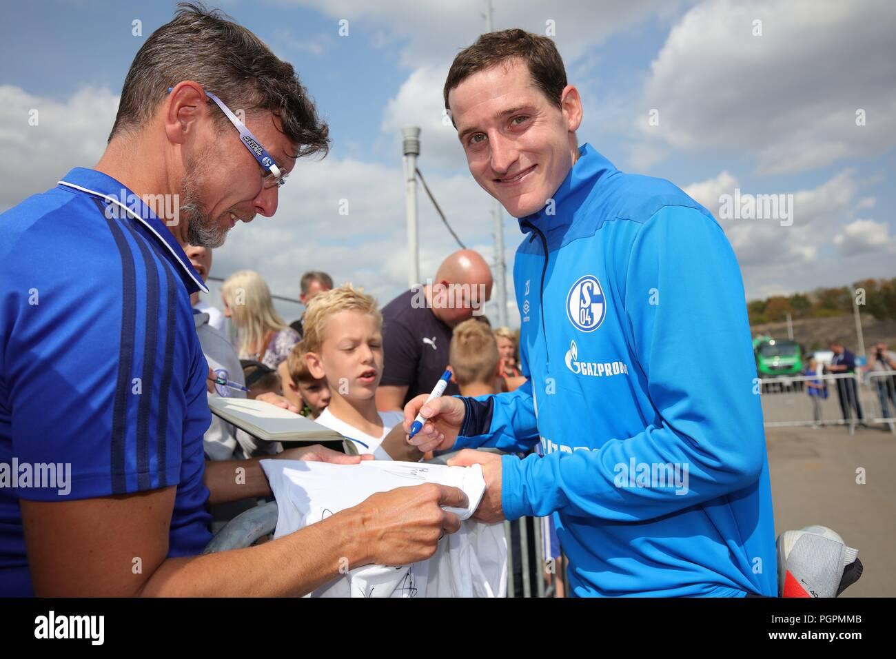 firo: 28.08.2018, football, 1.Bundesliga, season 2018/2019, FC Schalke 04, training, Sebastian RUDY signs autographs   usage worldwide - Stock Image