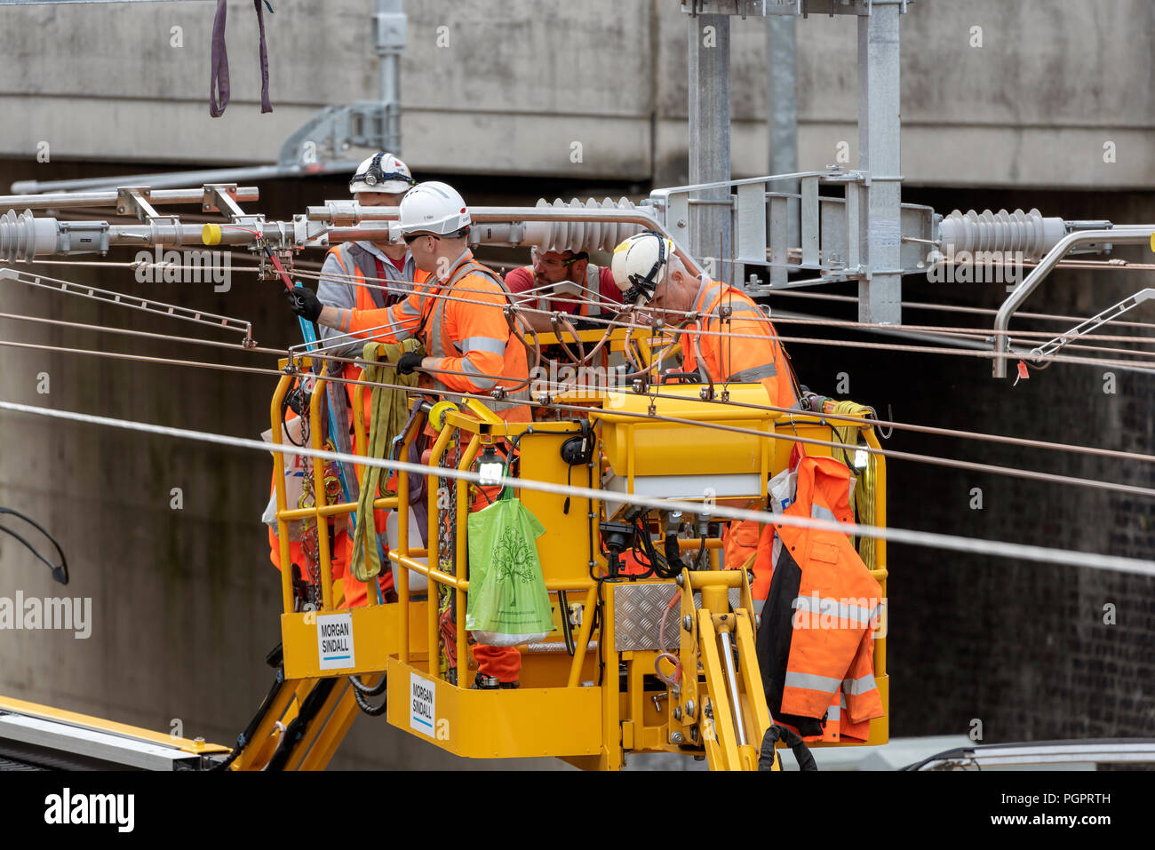 Newbury Station, Berkshire UK. Engineers working on the electrification  of the railway line at Newbury earlier today. The Great Western Railway region is closed in ths area until August 31st. Credit: Peter Titmuss/Alamy Live News - Stock Image