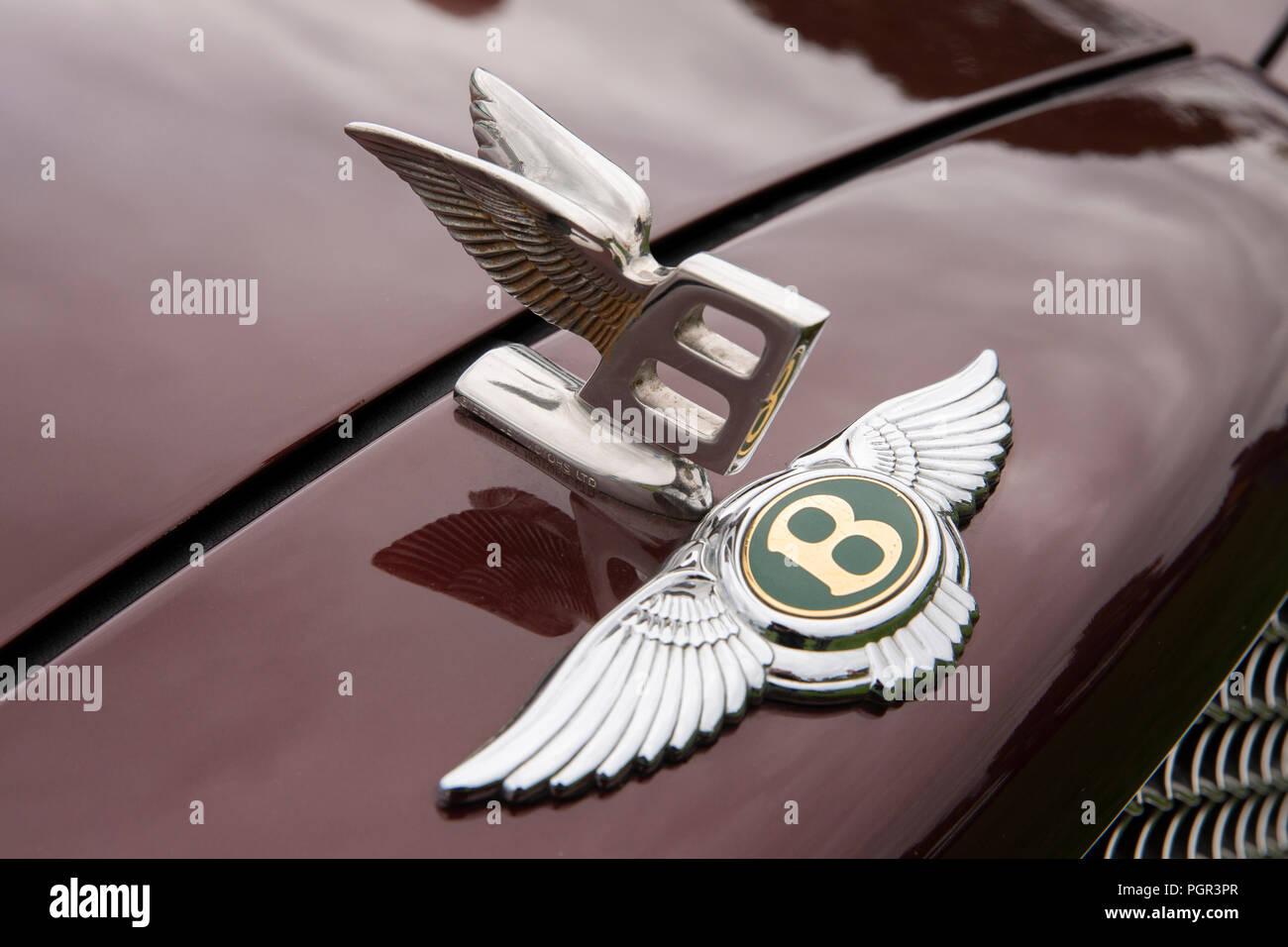 UK, England, Cheshire, Stockport, Woodsmoor Car Show, flying B badges on radiator of 1999 Bentley Arnage saloon car Stock Photo