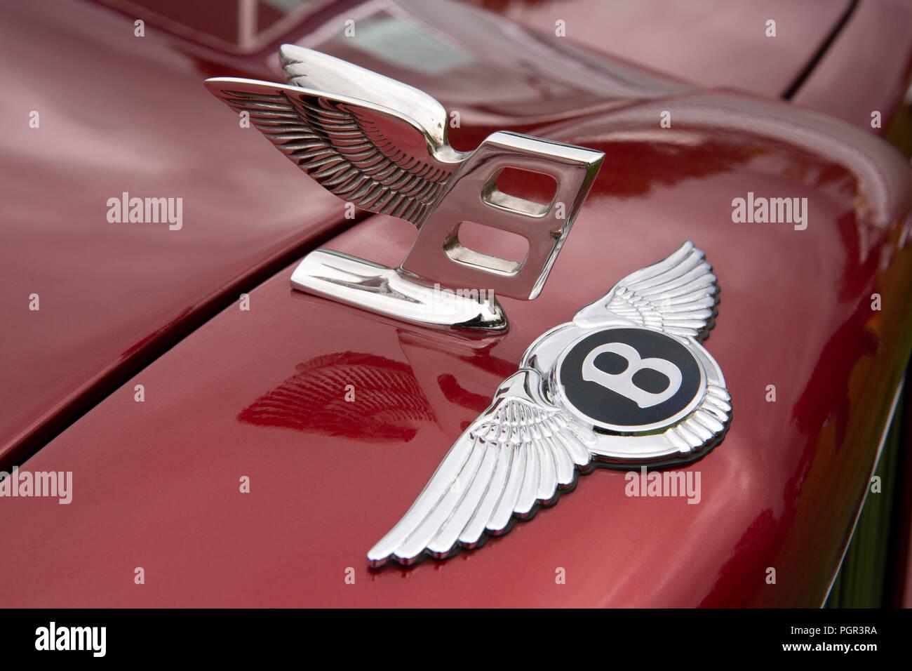 UK, England, Cheshire, Stockport, Woodsmoor Car Show, flying B badges on radiator of 2000 Bentley Arnage saloon car Stock Photo