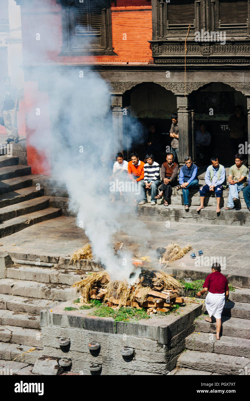 Pashupatinath Temple, Kathmandu Valley, Bagmati, Nepal, South Asia : People attend to a cremation funeral by the river Bagmati at Pashupatinath temple - Stock Image