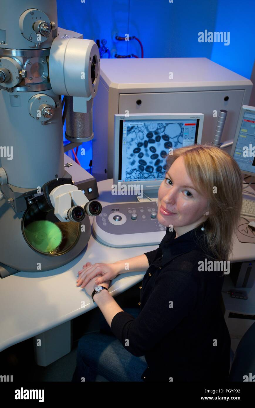 Centers for Disease Control and Prevention (CDC) intern, Maureen Metcalfe using transmission electron microscopes (TEM), 2011. Image courtesy Centers for Disease Control / Cynthia Goldsmith. () - Stock Image