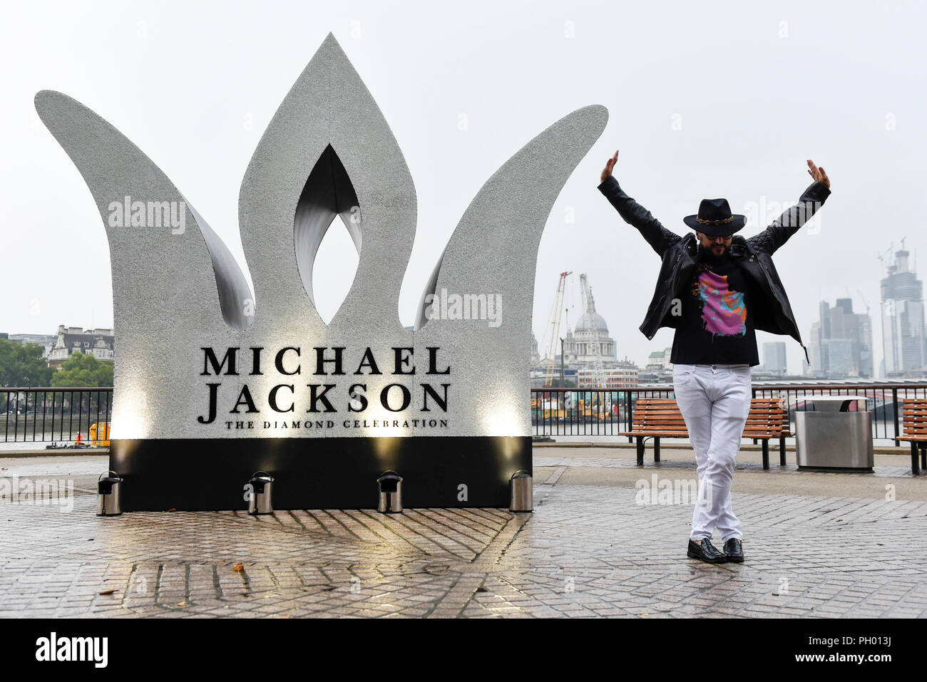 London, UK.  29 August 2018.  A Michael Jackson fans poses as a giant 13 foot jewelled crown is unveiled at a photocall on the South Bank on what would have been Michael Jackson's birthday.  Sony Music, in collaboration with the Estate of Michael Jackson, unveiled the installation to celebrate the King of Pop's Diamond Birthday.  Credit: Stephen Chung / Alamy Live News - Stock Image