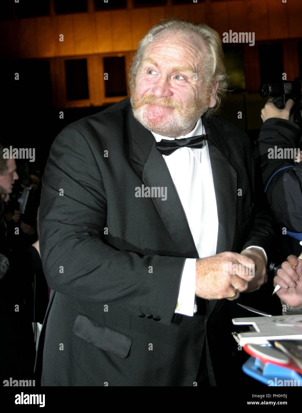 James Cosmo signing autographs for fans before the BAFTA Scotland awards ceremony in Glasgow 2004. James is a stalwart of the Scottish film industry having appeared in many films and more recently has been in the huge success, 'Game of Thrones'. You just might have seen him on the television in a certain advert for a Scottish bank!! - Stock Image