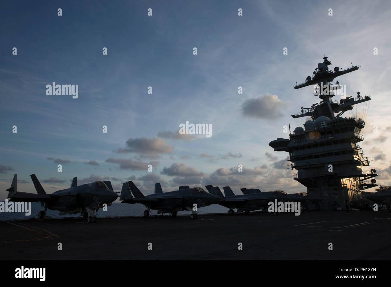 180820-N-GD018-0074 ATLANTIC OCEAN (Aug. 20, 2018) F-35C Lightning IIs assigned to the Rough Raiders of Strike Fighter Squadron (VFA) 125 sit secured on the flight deck aboard the Nimitz-class aircraft carrier USS Abraham Lincoln (CVN 72). (U.S. Navy photo by Mass Communication Specialist Seaman Amber Smalley/Released) - Stock Image